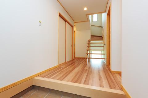 岐阜イタヤホームの注文住宅施工事例写真5。木の木目を生かした床と白色の壁で実現した和テイストな玄関。