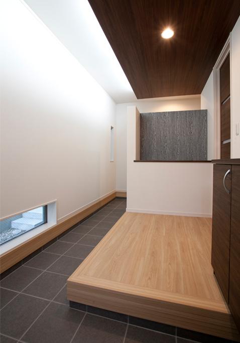 岐阜イタヤホームの注文住宅施工事例写真3。木と白色を基調とした和テイストな玄関。