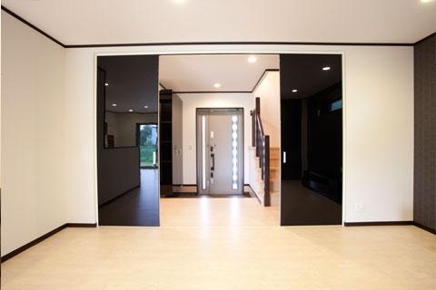 岐阜イタヤホームの注文住宅施工事例写真5。モダンテイストな玄関