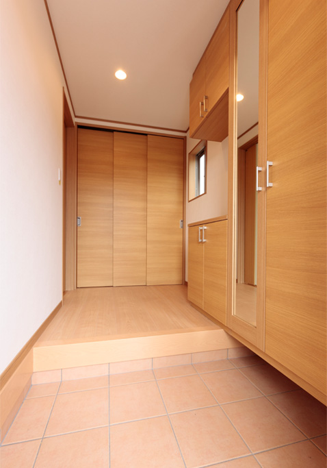 岐阜イタヤホームの注文住宅施工事例写真3。ナチュラルテイストな玄関