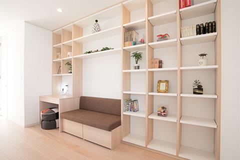 岐阜イタヤホームの注文住宅施工事例写真4。ナチュラルテイストな2階セカンドリビング。壁一面に収納棚あり。